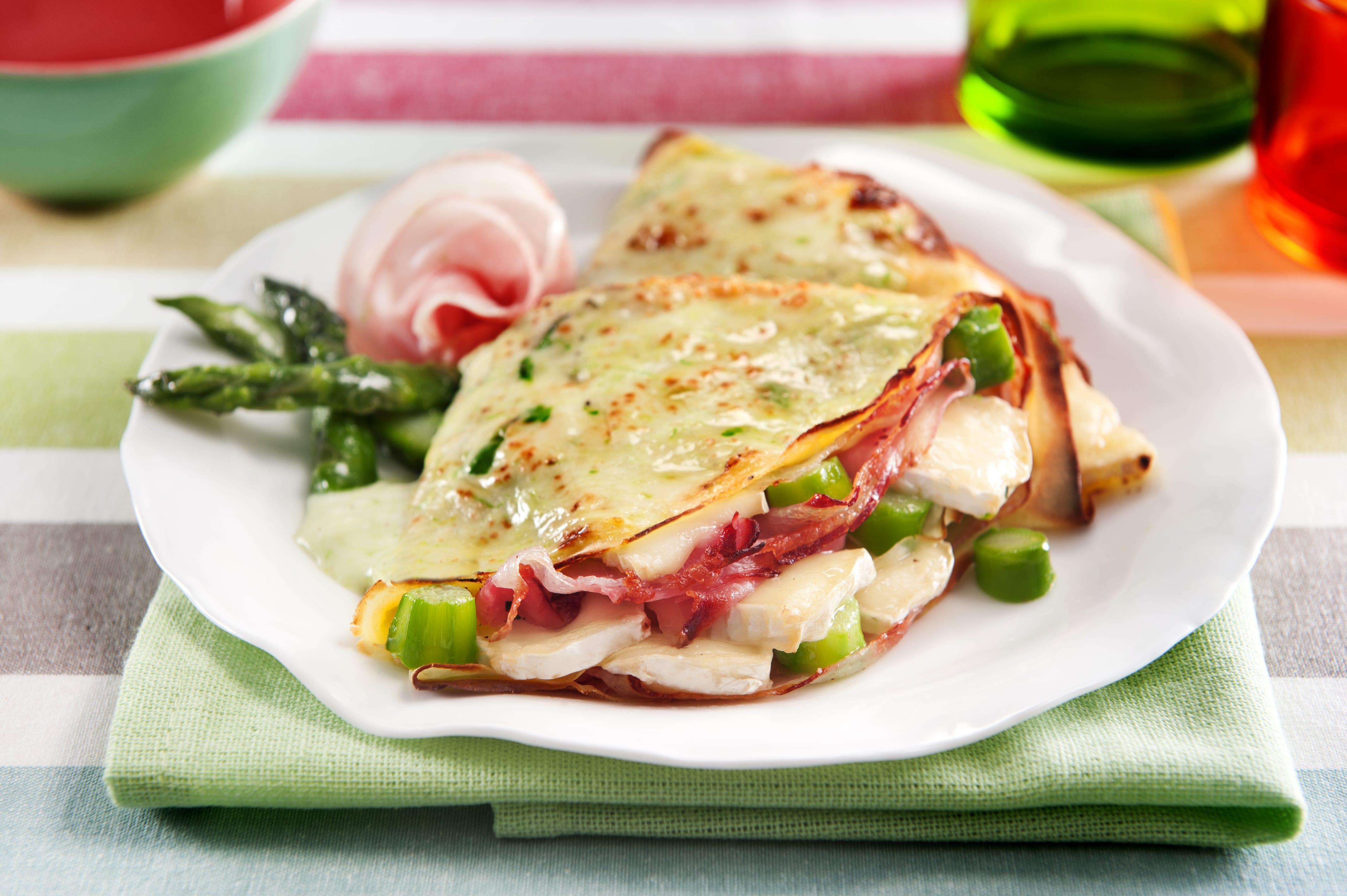 Crêpes gratinate con asparagi, pancetta arrotolata e brie