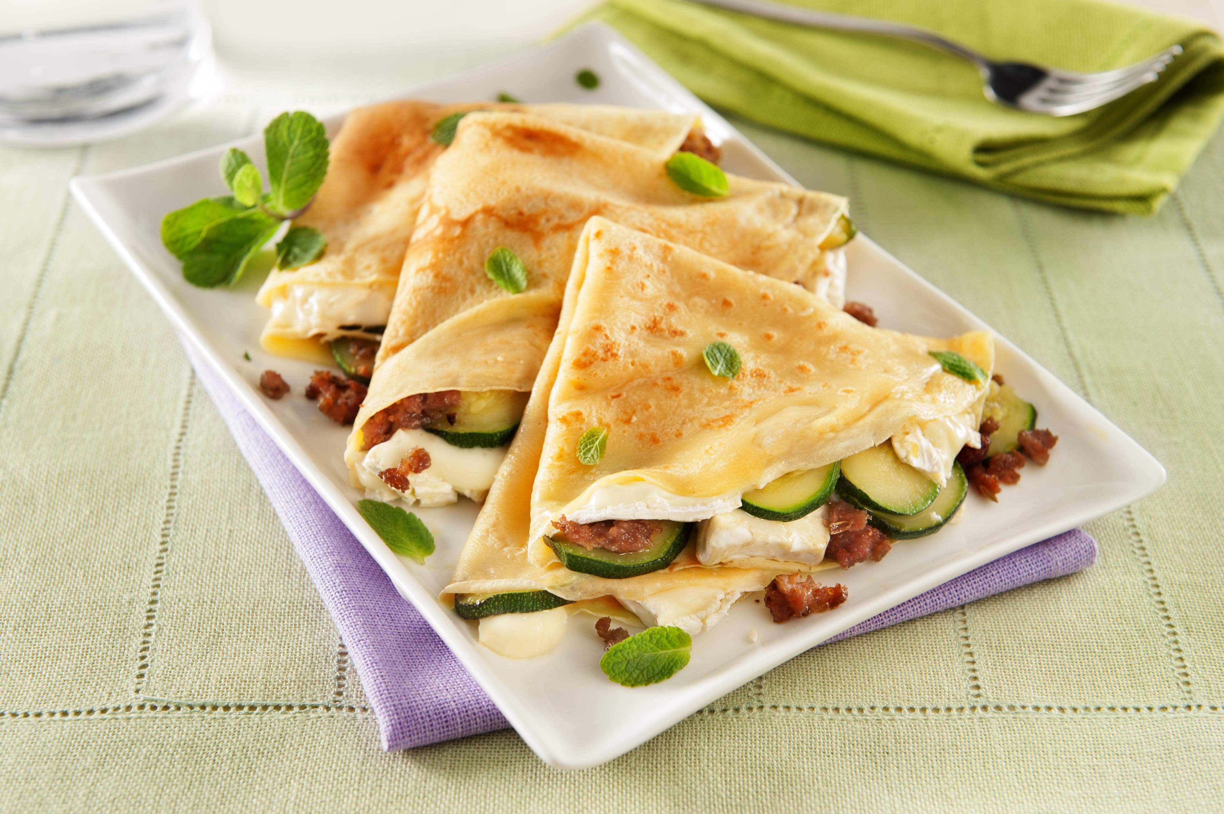 Crêpes con camembert, zucchine trifolate e salsiccia sgranata