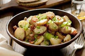 Insalata di patate con camembert e pancetta
