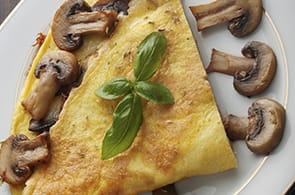 Omelette con i funghi e formaggio di capra
