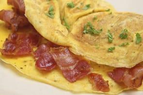 Omelette con pancetta e brie