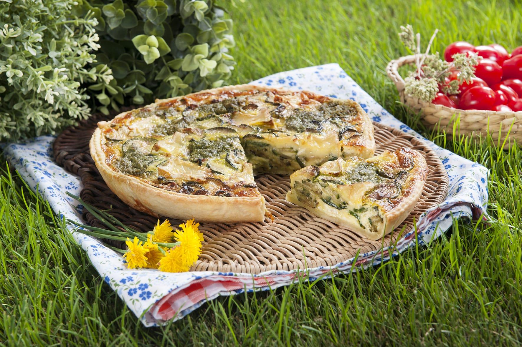 Quiche salata con zucchine, pesto e Camembert