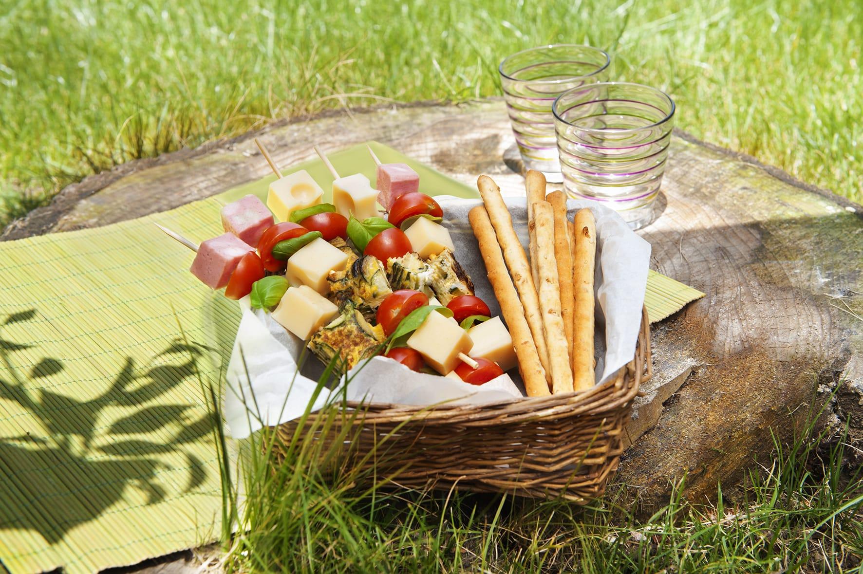 Spiedini arcobaleno con emmental, frittata e pomodorini