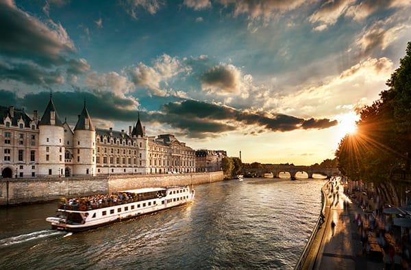 In barca sulla Senna -  Un'Avventura da non Perdere a Parigi