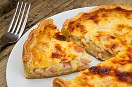 Crostata di pane con formaggio e mortadella