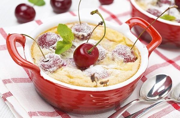 Clafoutis un tipico dolce al forno della tradizione francese