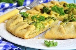 Pasta brisée con broccoli, patate e camembert