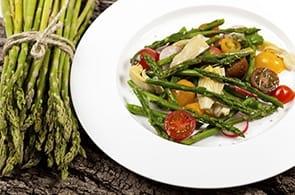 Insalata di asparagi, carciofi, fagiolini e camembert