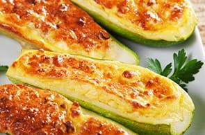 Zucchine ripiene di camembert e salsiccia